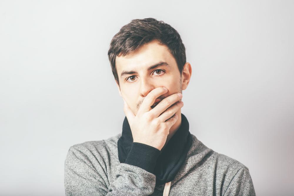 口を隠す心理には恋愛感情が関係していることも?