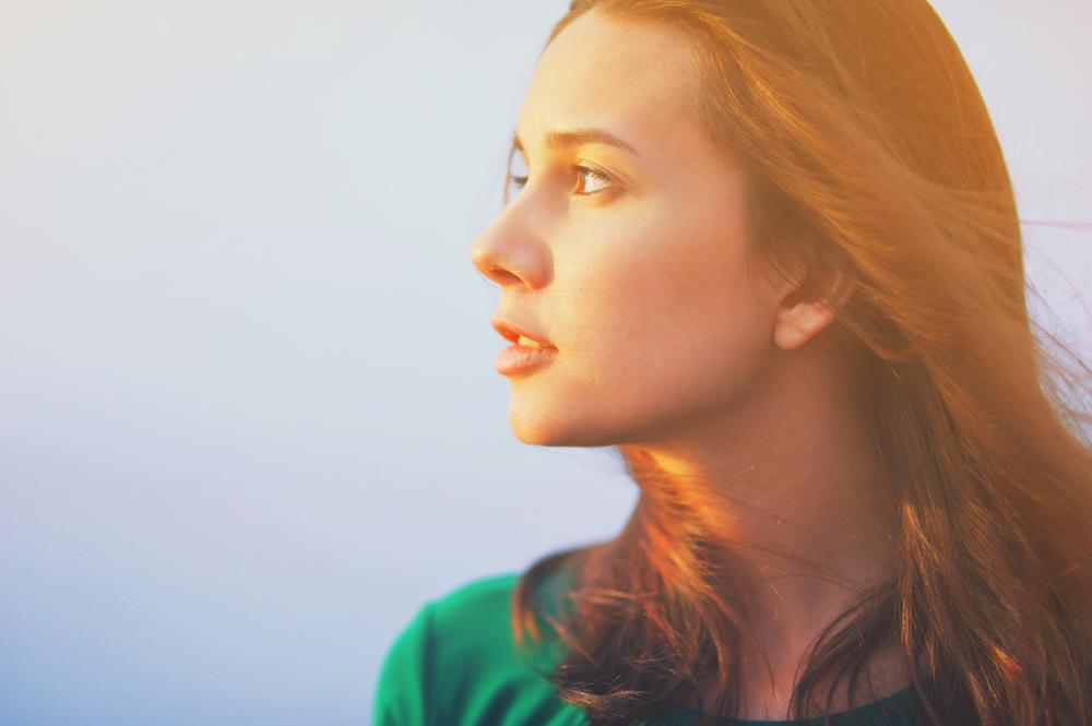 髪を耳にかける心理・髪を触る癖がある人の性格や特徴について